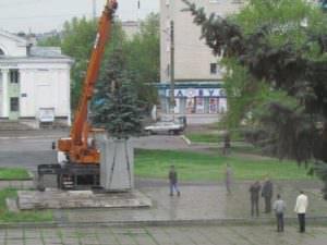 В Изюме демонтировали постамент