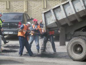 В Изюме ремонтируют центральную улицу города-2