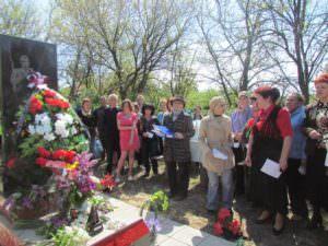 В Изюме почтили память 18-ти неизвестных солдат-2