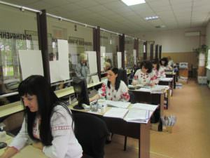 Изюмчани приобщились ко Дню украинской вышиванки-1