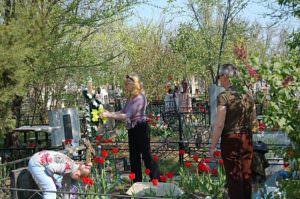 Поминальные дни на кладбищах города Изюма