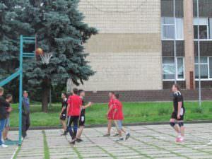 В Изюме прошли соревнования по уличному баскетболу