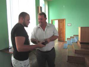 Изюмский городской голова вручил участнику АТО с г. Изюма награду