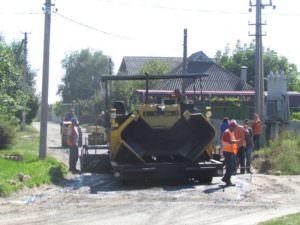 Впервые за десятки лет в Изюме ремонтируют дороги в отдаленных микрорайонах города