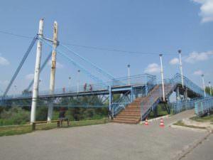 В Изюме отремонтирована часть деревянного настила пешеходного моста-1