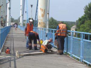 В Изюме отремонтирована часть деревянного настила пешеходного моста-2