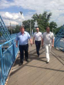 В Изюме отремонтирована часть деревянного настила пешеходного моста