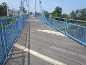 В Изюме отремонтирована часть деревянного настила пешеходного моста-3