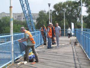 В Изюме отремонтирована часть деревянного настила пешеходного моста-4