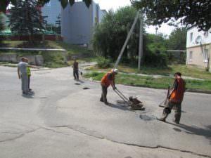 Коммунальщики внепланово ремонтируют выбоины на дорогах-3