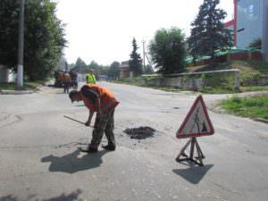 Коммунальщики внепланово ремонтируют выбоины на дорогах
