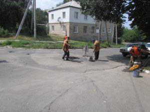 Коммунальщики внепланово ремонтируют выбоины на дорогах-4