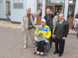 В Изюме встретили паралимпийца Александра Єзика