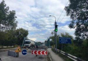 В городе Изюме начался ремонт моста-1