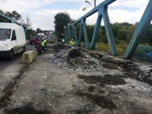 В городе Изюме начался ремонт моста