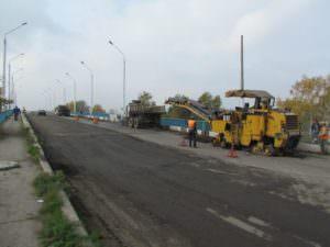 В Изюме продолжается ремонт дорожного покрытия на путепроводе