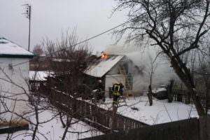 В Изюме спасатели ликвидировали пожар в летней кухне на частном подворье