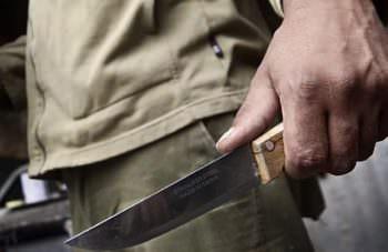 В электричке женщину с Изюма пырнули ножом