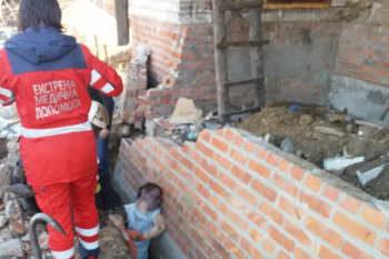 В Изюме в результате обвала стены погиб человек