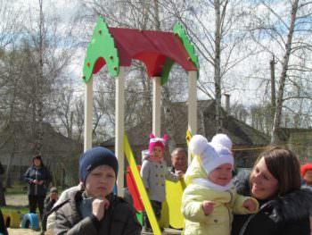 В городе Изюме установили детскую площадку р-н Поворотки