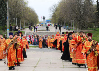 residents-and-guests-of-izyum-celebrated-easter-procession-1