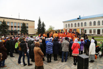 residents-and-guests-of-izyum-celebrated-easter-procession