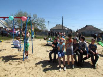 В Изюме установили детскую площадку