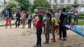 В нескольких микрорайонах города Изюма открыты новые детские площадки