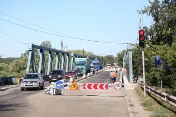 Ремонт моста в Изюме закончат до конца августа