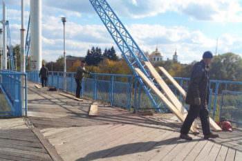 Сегодня 10 октября пешеходный мост Изюма немного подлатали