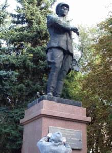 В Изюме восстановили памятную табличку на монументе генералу Волоху П.В.