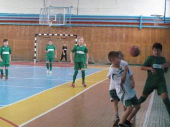 Среди учебных заведений города Изюма прошли соревнования «Кожаный мяч»