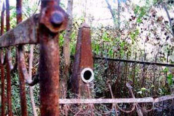 В городе Изюме местные жители воровали с могил металлические швеллеры