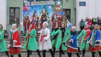 В городе Изюме торжественно открыли центральную новогоднюю елку 2018