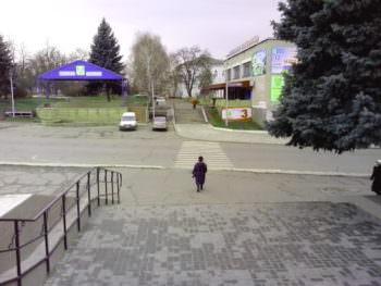 Как выглядит центральная площадь Изюма перед новогодними праздниками (фото)