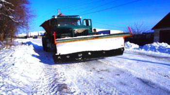 Как убирают снег по городу Изюму коммунальщики