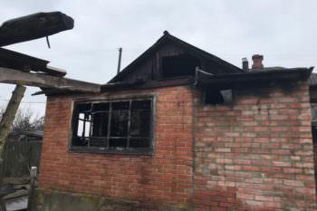 6 января в городе Изюме сгорел дом, двое мужчин получили отравление угарным газом