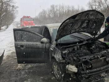 В Изюме горел автомобиль KIA Rio возле горы Кремянец