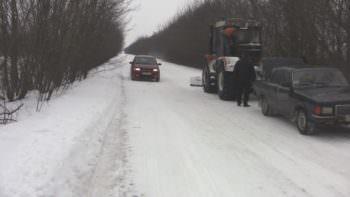 Уборка дорог от снега по Изюмскому району продолжается
