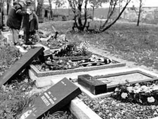 В Изюме осудили грабителей метала с могил