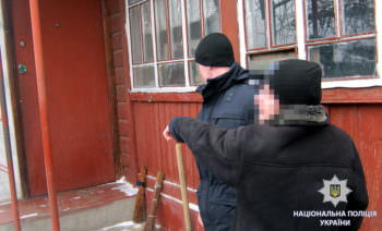 В Изюме в дом ворвались двое неизвестных и ограбили хозяйку