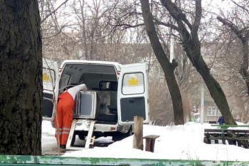 Изюмские медики перевозят холодильники в рабочее время