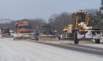 Дороги под Изюмом расчищают от снега – Служба автомобильных дорог