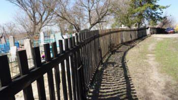 В городе Изюме коммунальщики наводят порядки на кладбищах