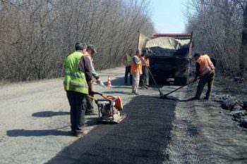 Дорожники по области проводят ямочные ремонты
