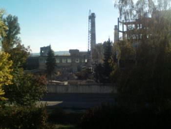 Демонтаж цехов на бывшем заводе ИОМЗ продолжается