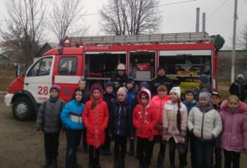 Изюмские спасатели продемонстрировали школьникам аварийно-спасательное оборудование