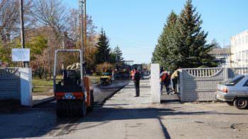 На территории ЦГБ ремонтируют дорожное покрытие