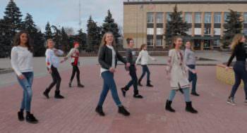 Ученики Изюмской школы показали свое отношение к Украине