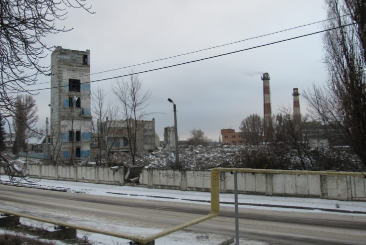 Бывший завод ИОМЗ - это сплошные руины (фото)